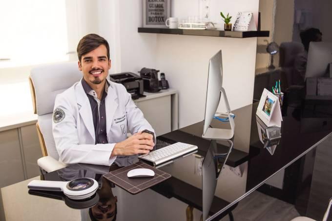 Médico dermatologista Fábio Gontijo em seu consultório